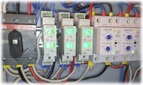 Однофазные Реле контроля тока в распределительном щите.