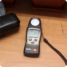 Измерение уровня освещенности рабочей поверхности при применении светодиодных ламп.